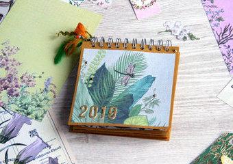 Botaniczny kalendarz na biurko - przeżyj rok w zaczarowanym ogrodzie.
