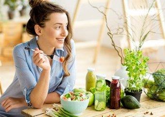 Co najlepiej jeść latem? Poznaj przepisy na zdrowe, wakacyjne posiłki