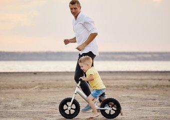 Czy znasz zalety rowerków biegowych? Dlaczego są tak ważne dla rozwoju dziecka?