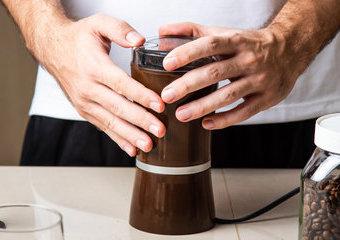 Elektryczny młynek do kawy – na co zwrócić uwagę przy zakupie? Polecane młynki elektryczne