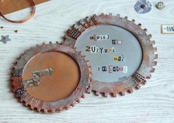 Industrialne ramki w kształcie kół zębatych - wykonaj je w stylistyce steampunk.