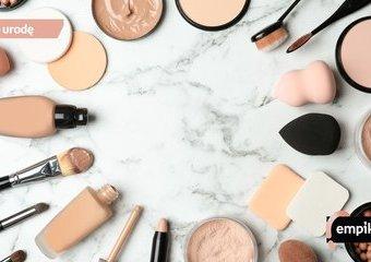 Jak nakładać podkład? Palcami, pędzlem czy gąbeczką do makijażu?