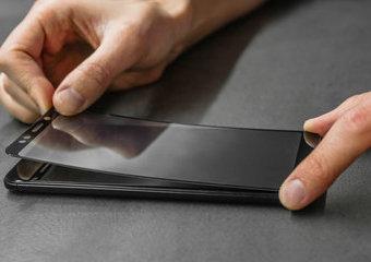 Jak szkło hartowane chroni ekran telefonu? Jak je założyć? Poradnik