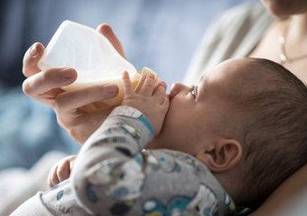 Jak wybrać butelkę dla niemowlaka? Rodzaje butelek do karmienia