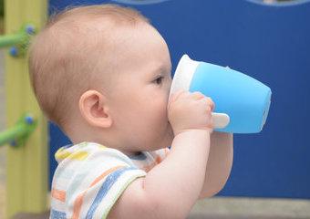 Jak wybrać kubek dla dziecka? Rodzaje kubków treningowych