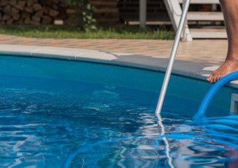 Jak wyczyścić dno basenu ogrodowego?