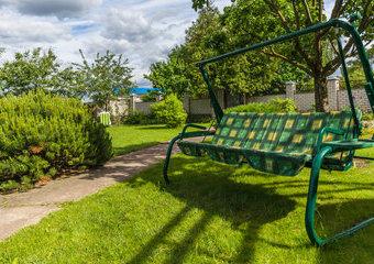 Jaką huśtawkę ogrodową kupić? Wskazówki i ranking huśtawek do ogrodu