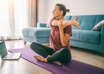 Joga dla początkujących – polecane maty, stroje i akcesoria niezbędne do jogi w domu
