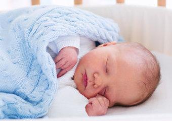 Kocyk bawełniany dla niemowlaka – na co zwrócić uwagę przy wyborze? Polecane kocyki bawełniane