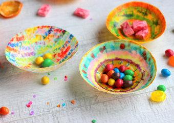 Kolorowe miseczki z serwetek, czyli jak z pomysłem urządzić przyjęcie karnawałowe