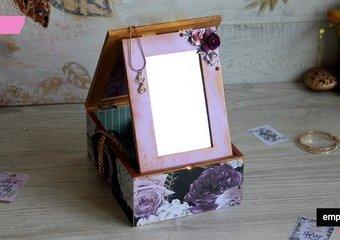 Mini toaletka z lusterkiem -  stylowy mebelek na drobiazgi