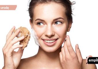 Oczyszczanie twarzy krok po kroku – kolejność produktów i polecane kosmetyki do oczyszczenia porów