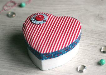 Ozdób pudełko w kształcie serca – stwórz opakowanie na drobny prezent.