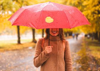 Parasolka damska bez tajemnic – rodzaje parasoli damskich, które warto znać