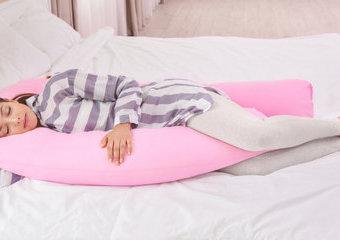 Poduszka do spania na boku – czy warto z niej korzystać?