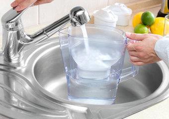 Porównanie dzbanków filtrujących – który dzbanek filtrujący wodę wybrać?