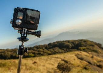 Przydatne akcesoria do kamery sportowej –uchwyty, mocowania i inne