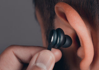 Ranking słuchawek bezprzewodowych: słuchawki douszne i nauszne