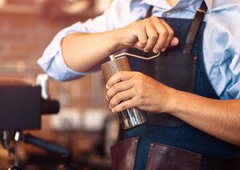 Ręczny młynek do kawy: poradnik zakupowy
