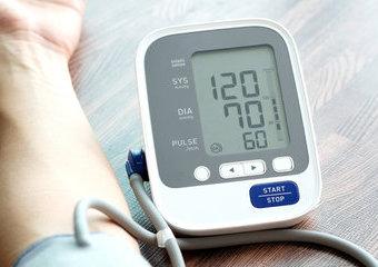 Samodzielny pomiar ciśnienia krwi – jak wybrać ciśnieniomierz?