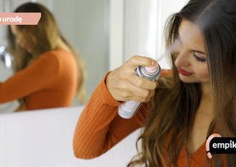 Suchy szampon: jak odświeżyć włosy bez mycia? Wskazówki