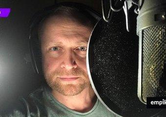 Szepnąć słuchaczowi wprost do ucha – rozmowa z Piotrem Adamczykiem