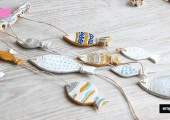 Wisząca dekoracja z rybkami – ulep je z gliny i złap na drewnianą wędkę